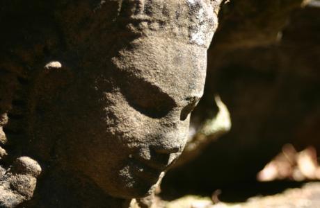 Удивительно похожие черты лица... но профилю этому более тысячи лет. Удивительно